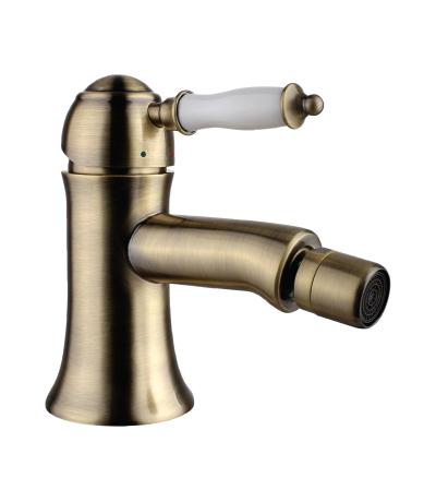 Смеситель LemarkСмесители<br>Назначение смесителя: для биде,<br>Донный клапан: есть,<br>Тип управления смесителя: однорычажный,<br>Цвет покрытия: бронза,<br>Стиль смесителя: ретро,<br>Монтаж смесителя: горизонтальный,<br>Тип установки смесителя: на мойку (раковину),<br>Материал смесителя: латунь,<br>Излив: традиционный,<br>Аэратор: есть,<br>Родина бренда: Чехия<br>
