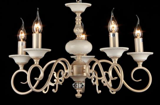 Люстра MaytoniЛюстры<br>Назначение светильника: для гостиной,<br>Стиль светильника: классика,<br>Тип: подвесная,<br>Материал светильника: металл, стекло,<br>Материал арматуры: металл,<br>Диаметр: 570,<br>Высота: 370,<br>Количество ламп: 5,<br>Тип лампы: накаливания,<br>Мощность: 60,<br>Патрон: Е14,<br>Цвет арматуры: золото,<br>Коллекция: arm337<br>