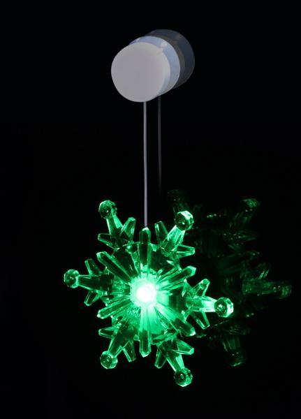 Светильник новогодний КОСМОСНовогодние светильники<br>Тип: фигурка объемная,<br>Форма фигуры: снежинка,<br>Материал: пластик,<br>Количество ламп: 1,<br>Тип лампы: светодиодная,<br>Питание от батареек: есть,<br>Цвет подсветки: мультиколор<br>