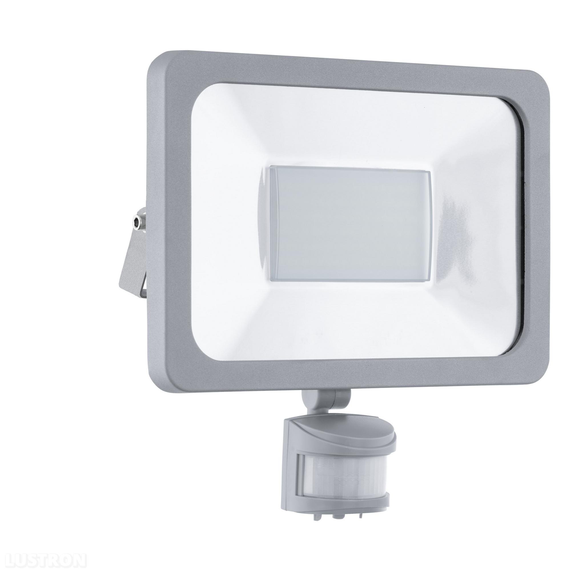 Светильник уличный EgloСветильники уличные<br>Мощность: 50, Тип установки: настенный, Датчик движения: есть, Стиль светильника: модерн, Количество ламп: 1, Тип лампы: светодиодная, Патрон: LED, Степень защиты от пыли и влаги: IP 44, Цвет арматуры: хром<br>