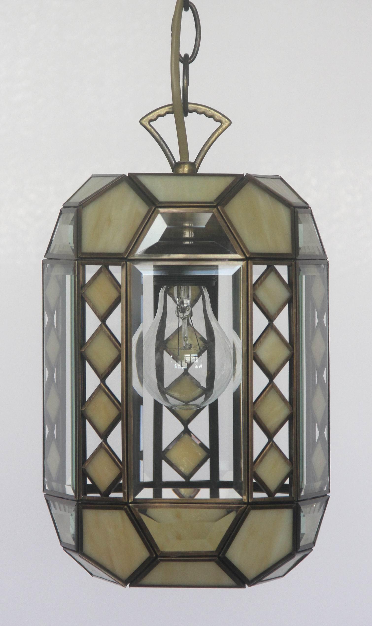 Светильник подвесной CitiluxСветильники подвесные<br>Количество ламп: 1, Мощность: 75, Назначение светильника: для комнаты, Стиль светильника: модерн, Материал светильника: металл, стекло, Тип лампы: накаливания, Патрон: Е27, Цвет арматуры: бежевый, Коллекция: Фасет<br>
