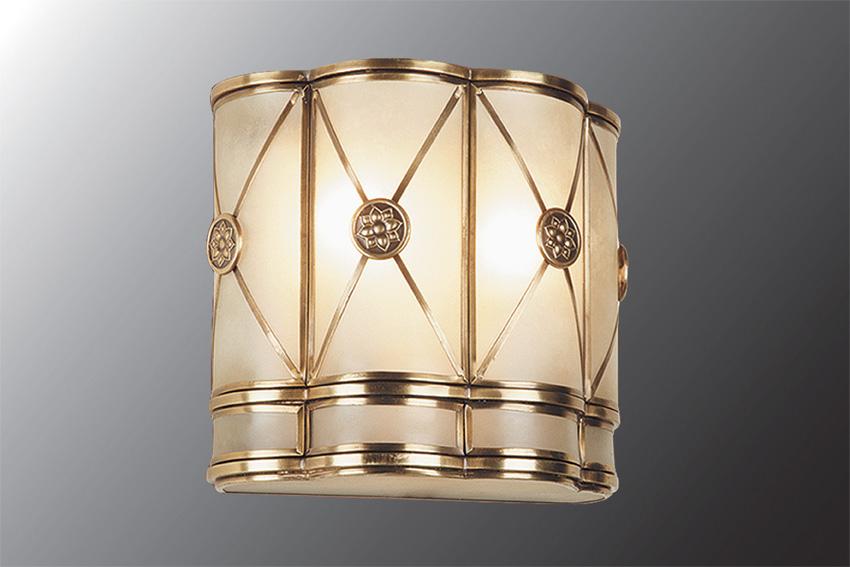 Бра МАКСИСВЕТНастенные светильники и бра<br>Тип: настенный,<br>Назначение светильника: для гостиной,<br>Стиль светильника: модерн,<br>Материал светильника: металл, стекло,<br>Тип лампы: накаливания,<br>Количество ламп: 2,<br>Мощность: 40,<br>Патрон: Е14,<br>Цвет арматуры: медь,<br>Ширина: 130,<br>Высота: 215,<br>Удаление от стены: 200<br>
